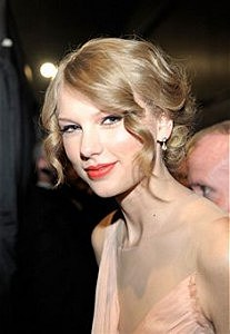 LOS ANGELES, CA - JANUARY 05: Singer Taylor Swfit attends the 2011 People's Choice Awards